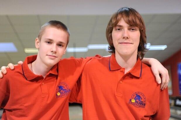 Eiropas Jauniešu čempionāta boulingā vairākkārtējie medaļu ieguveji - Daniels Vēzis un Artūrs Ļevikins